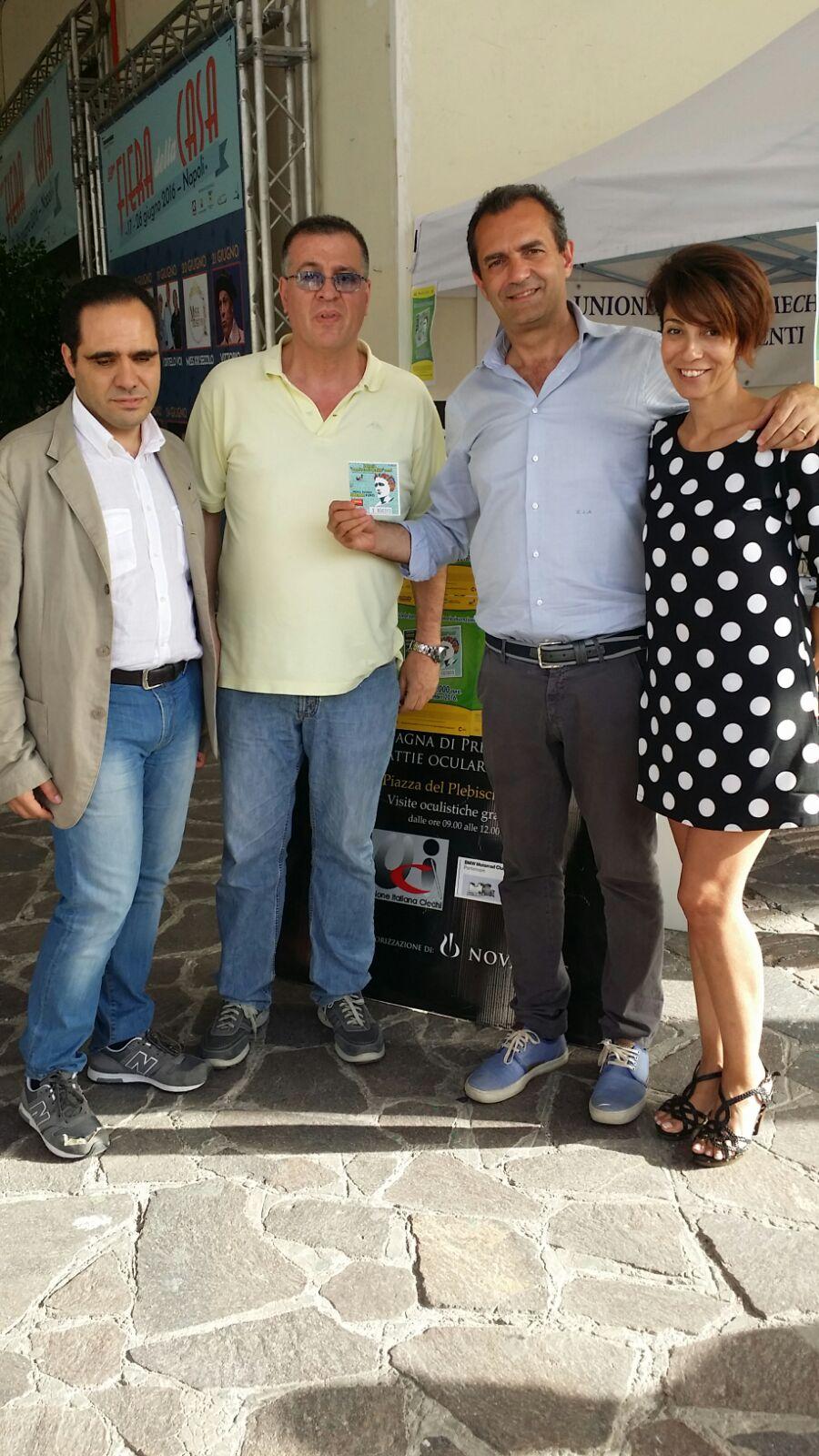 Il Presidente Mario Mirabile con il Sindaco di Napoli De Magistris e la Dr.ssa Chiodo che tentano la fortuna con il biglietto della Lotteria Nazionale �Premio Louis Braille�