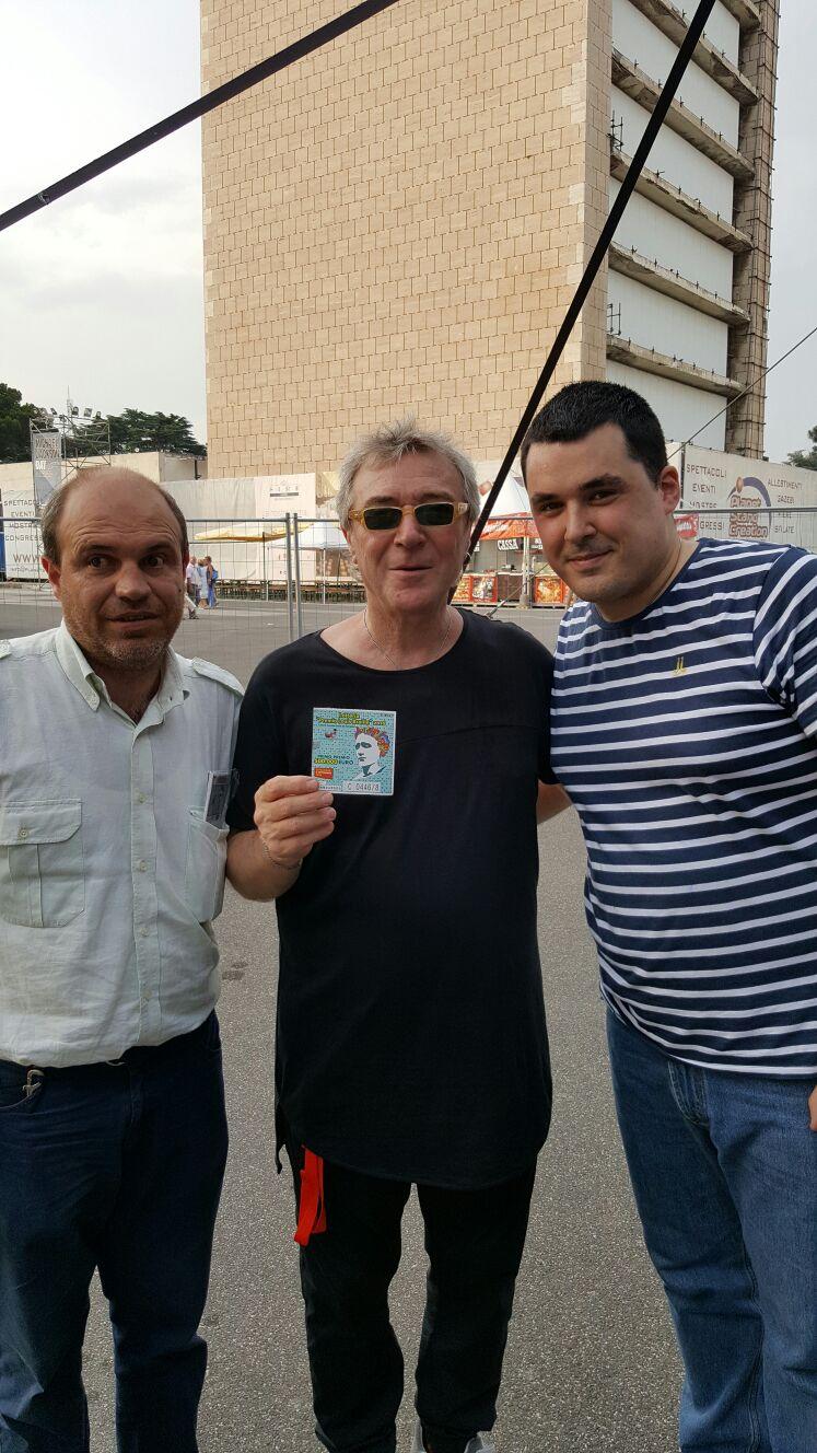 Enrico Mosca e il suo accompagnatore Mario Di Tuoro con Eddy Napoli che tenta la fortuna con il biglietto della Lotteria Nazionale �Premio Louis Braille�