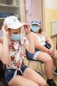 Una Bambina indossa felice il suo cappellino